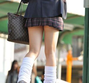 【JK街撮りエロ画像】最近の女子校生は美脚過ぎて目を奪われてしまうwww