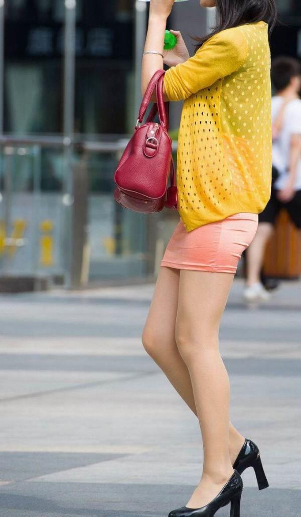街中でお姉さん美脚エロ画像12
