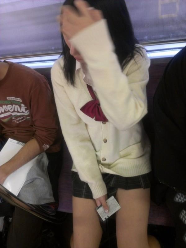 電車内で無防備な下半身w10