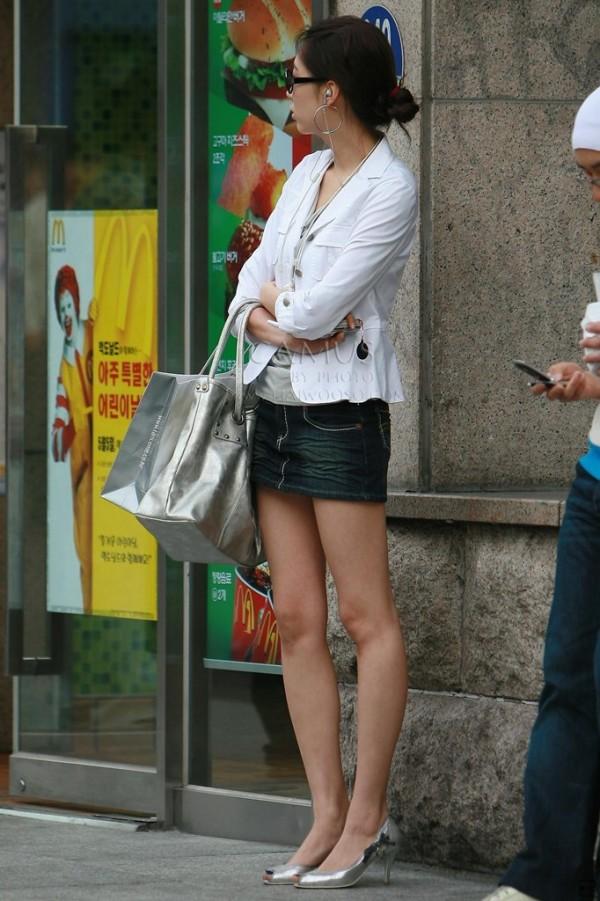 街中でお姉さん美脚エロ画像07