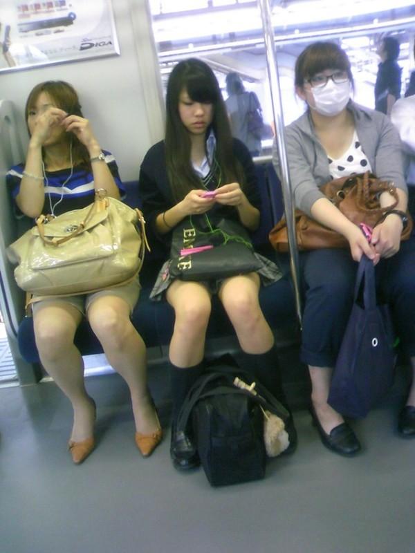 電車内で無防備な下半身w07