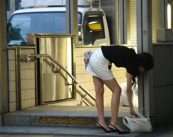 街中でお姉さん美脚エロ画像03