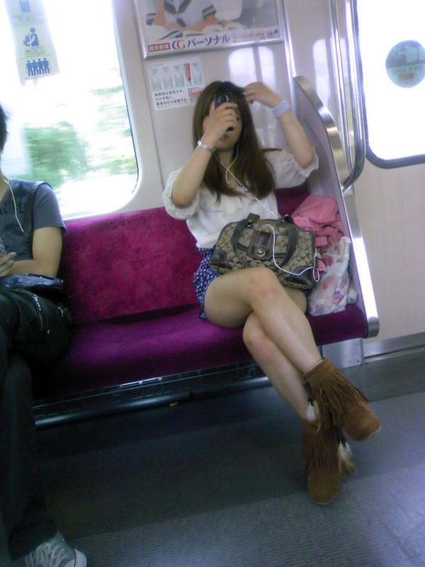 電車内で無防備な下半身w08