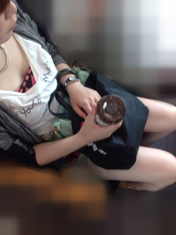 電車内でお姉さん胸チラ09