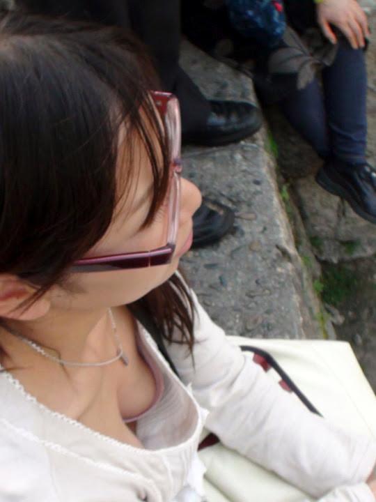 素人さんの胸チラエロ画像09