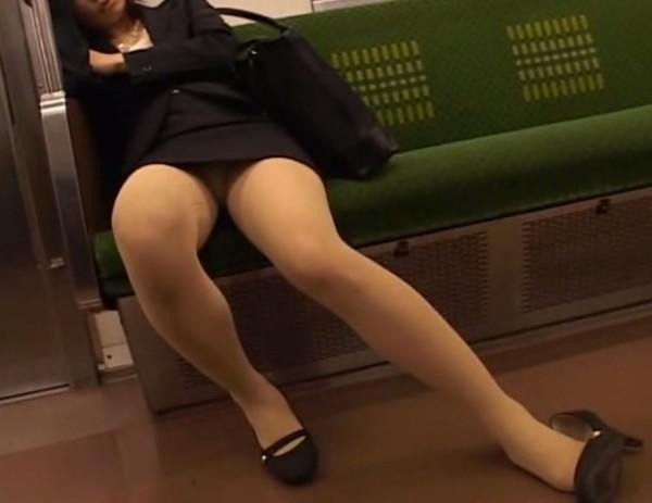 電車内でお姉さんパンモロ画像09