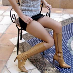 【街撮り美脚エロ画像】街に溢れてるミニスカお姉さんの生脚がエロ過ぎて立ち止まってしまったwww