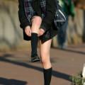 【街撮りエロ画像】制服ミニスカJKは寒くても生脚の太ももを晒してくれるので凝視www