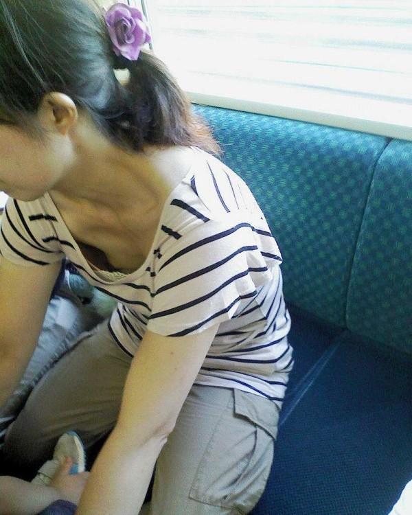 街撮り人妻胸チラ画像11