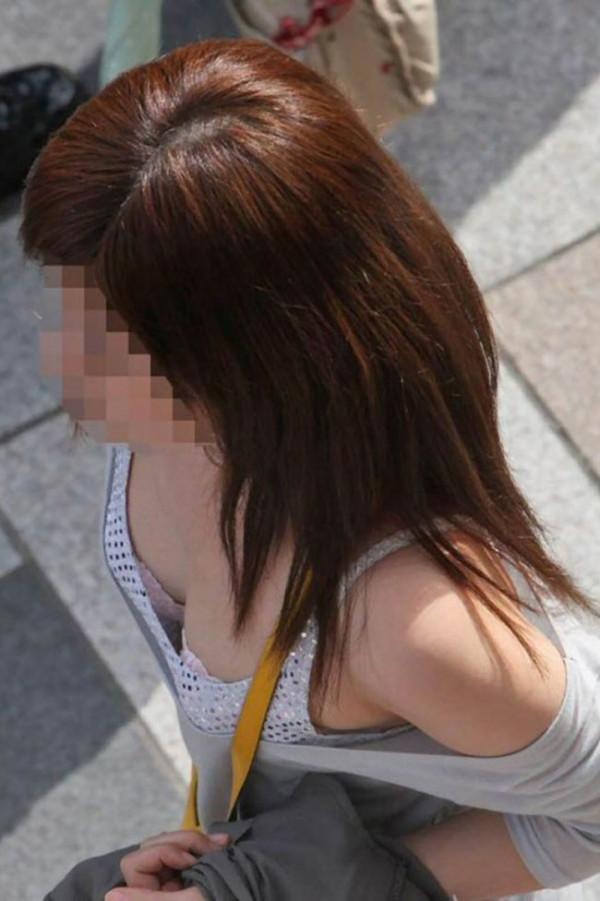 素人さんの胸チラエロ画像11