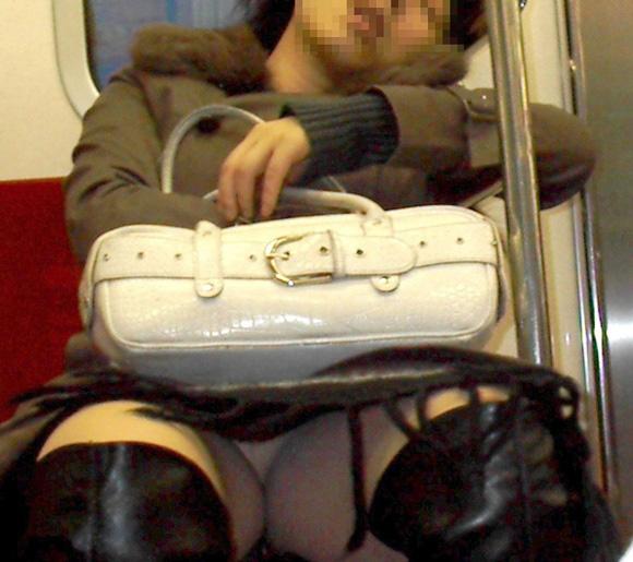 電車内でお姉さんパンモロ画像11