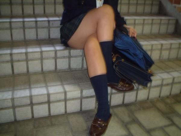 ミニスカJKの脚組みエロ画像13
