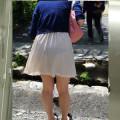 パンツ透けてる衣装で街の中を堂々と歩いてるお姉さんのお尻を追跡盗撮エロ画像
