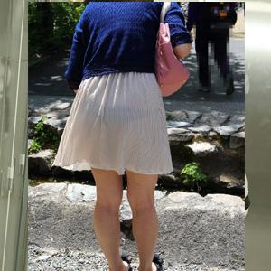 パンツ透けてる衣装で街の中を堂々と歩いてるオネエさんのお尻を追跡秘密撮影えろ写真