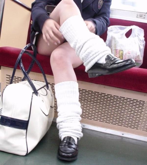 ミニスカJKの脚組みエロ画像15
