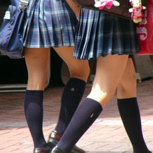 【JK街撮り盗撮画像】制服ミニスカ女子校生のムッチリ太ももがたまらない!!!