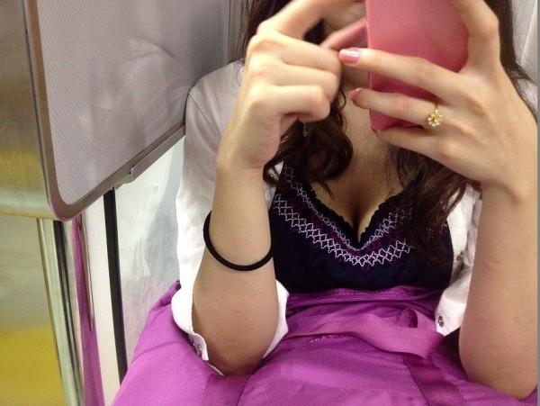 電車内でお姉さん胸チラ01
