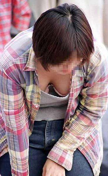 街撮り人妻胸チラ画像01
