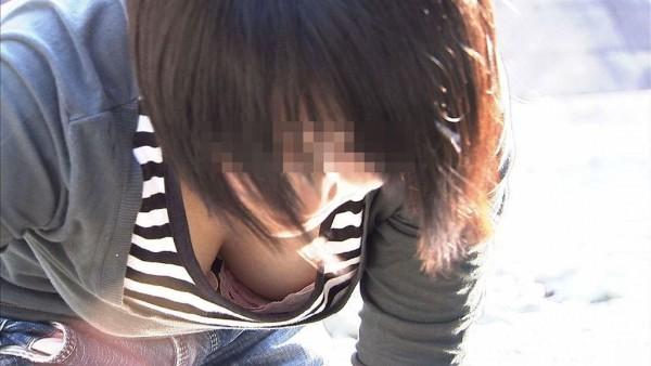 街撮り素人胸チラエロ画像01