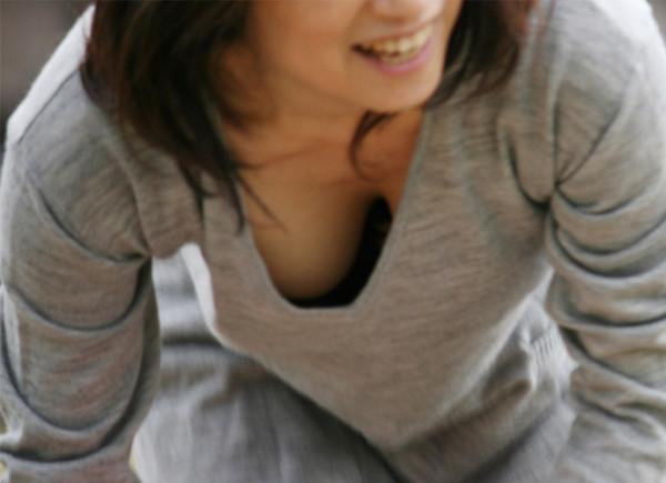 素人さんの胸チラエロ画像01