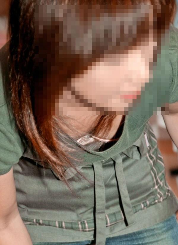 お姉さんのおっぱいチラリ画像01
