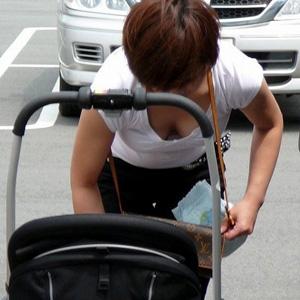 (ヒトヅマ胸チラえろ写真)子供を持つと胸元がどうしても無防備になっちゃう☆☆☆