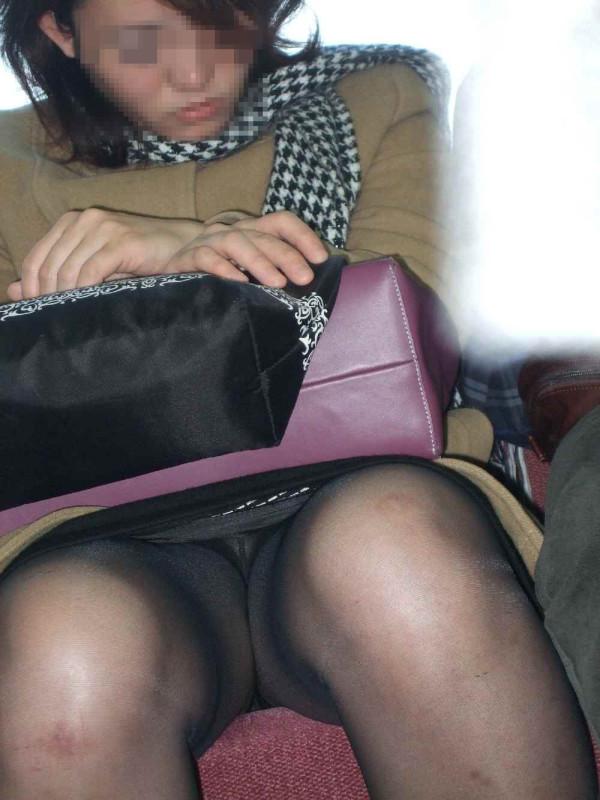 電車内でお姉さんパンモロ画像15