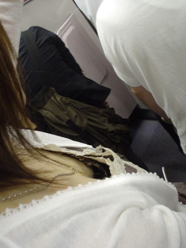 電車内でお姉さん胸チラ02