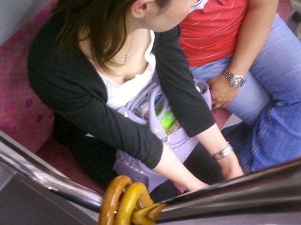 電車内でお姉さん胸チラ14