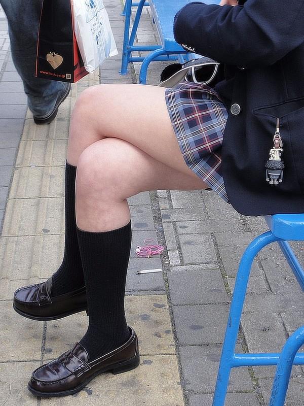 ミニスカJKの脚組みエロ画像17