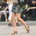 【街撮り素人美脚エロ画像】思わずガン見したくなるお姉さんの生脚が最高!!!