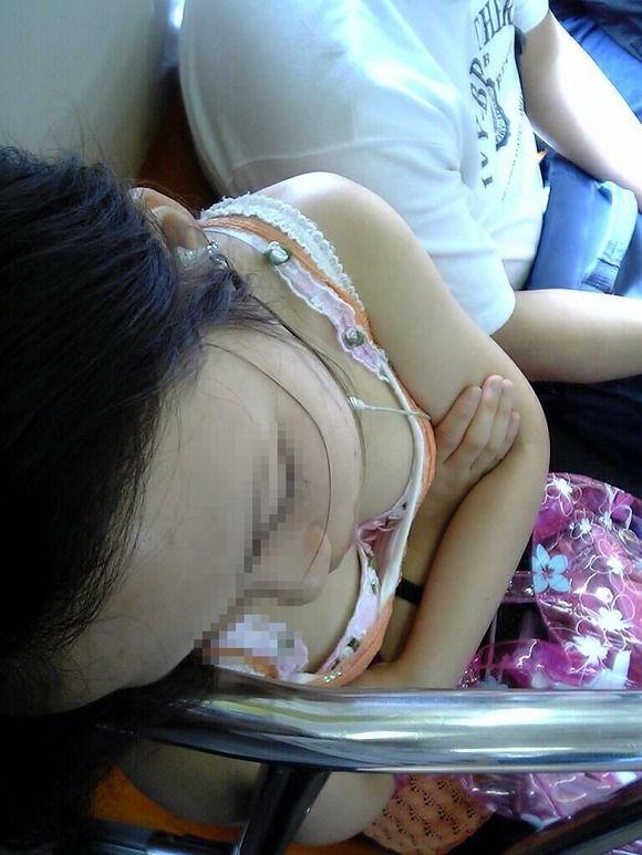 電車内でお姉さん胸チラ12