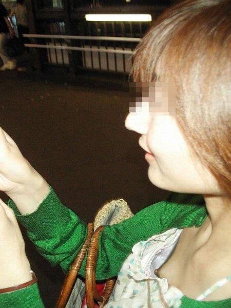 街撮り人妻胸チラ画像12