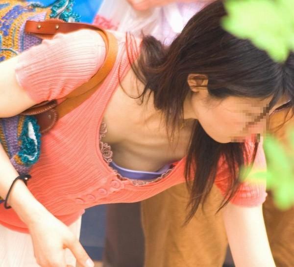 街撮り素人胸チラエロ画像12