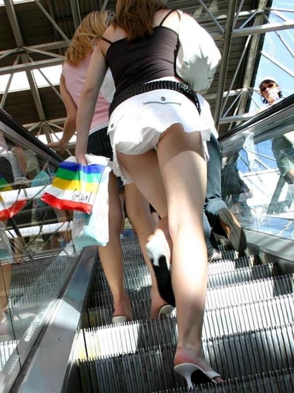 街撮りミニスカパンチラ画像12