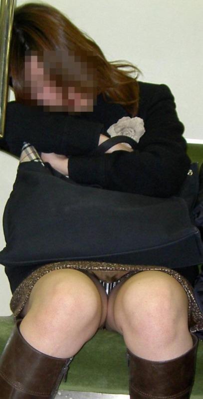 電車内でお姉さんパンモロ画像12