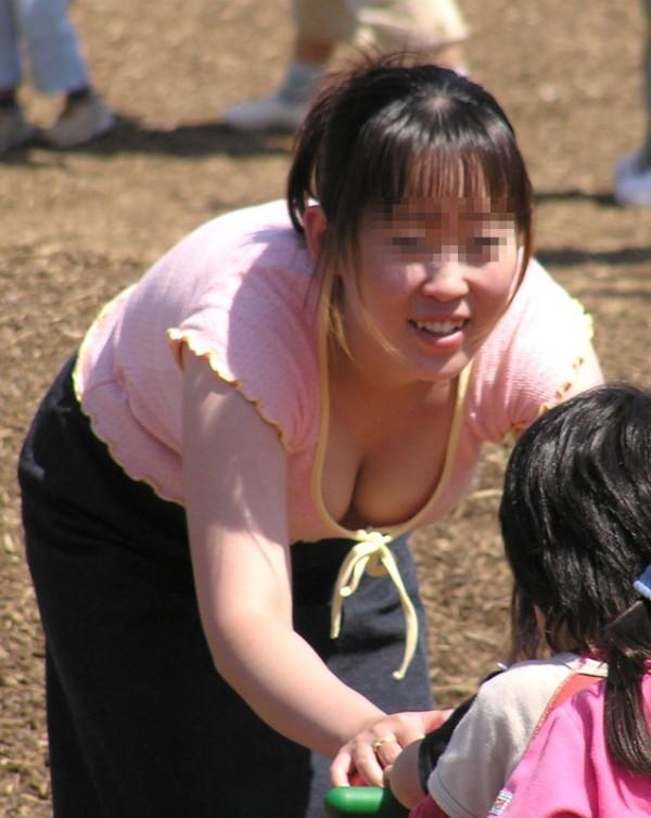 街撮り人妻胸チラ画像13
