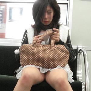 (列車内秘密撮影えろ写真)無防備に座ってると下半身を隠し撮りされまくりな件☆☆
