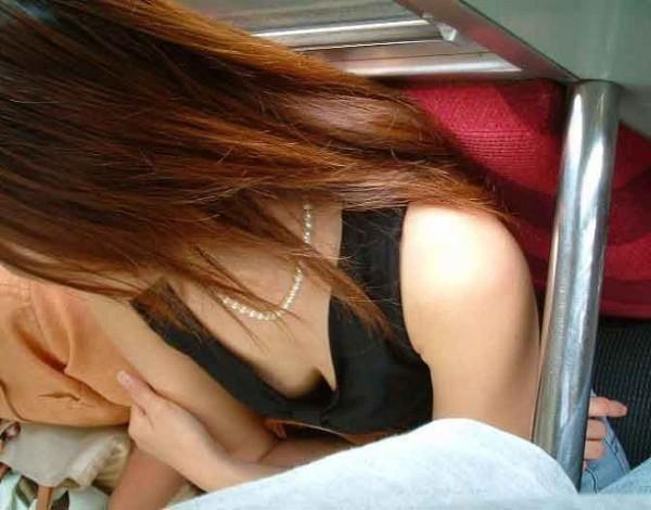 電車内でお姉さん胸チラ16