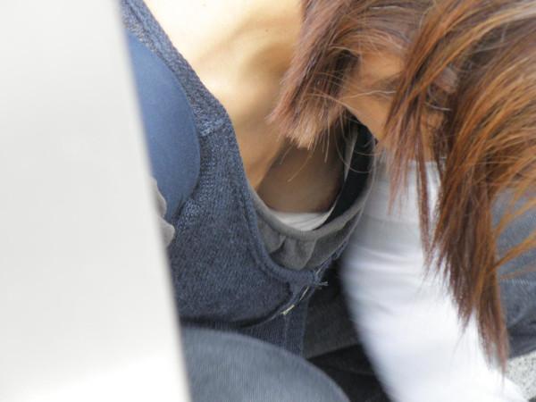 素人さんの胸チラエロ画像16