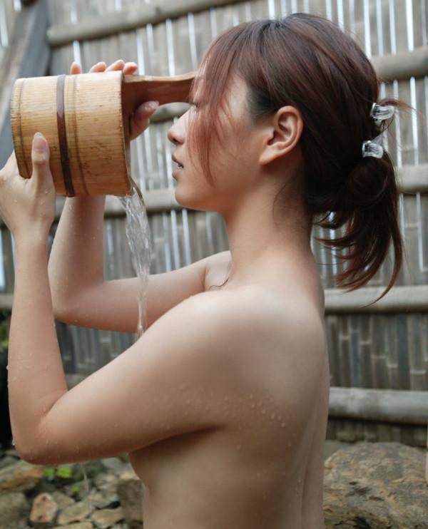 露天風呂を覗きたくなるエロ画像07