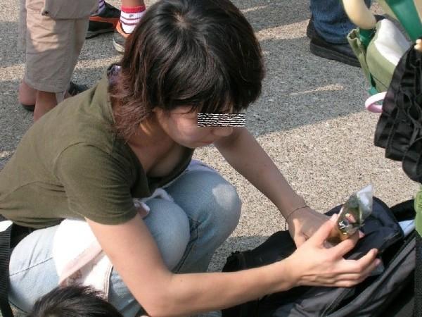 街撮り人妻胸チラ画像07
