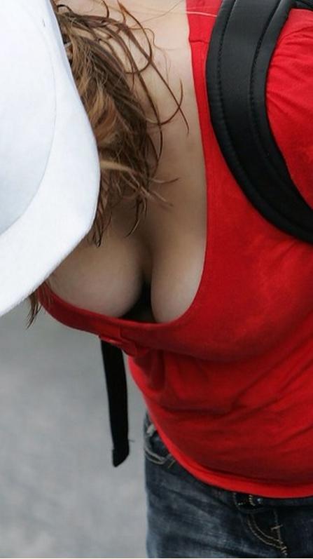 素人さんの胸チラエロ画像06
