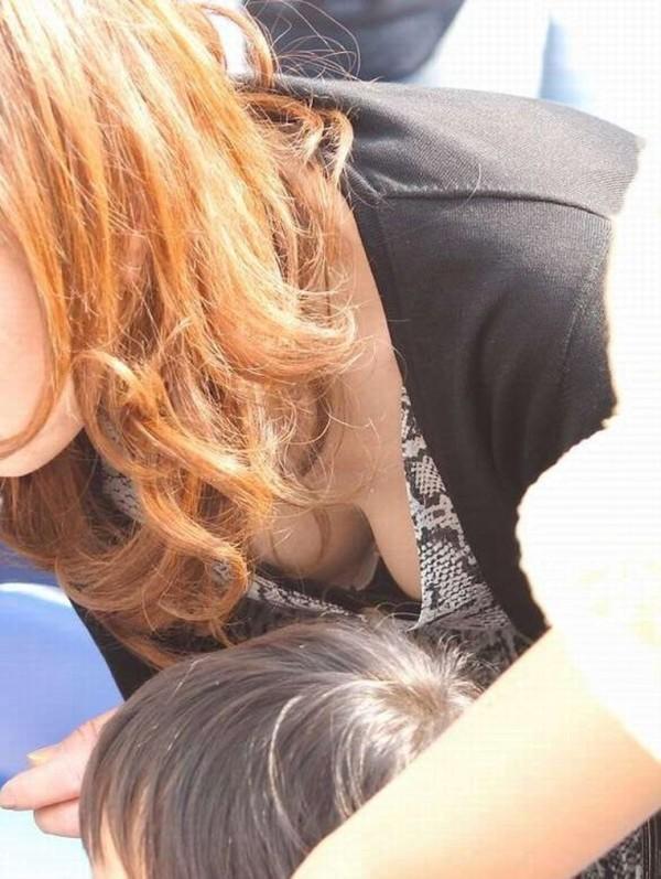 街撮り人妻胸チラ画像06