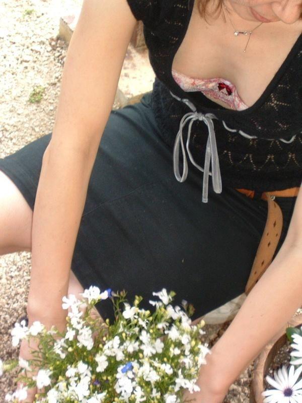 大胆な胸チラエロ画像09
