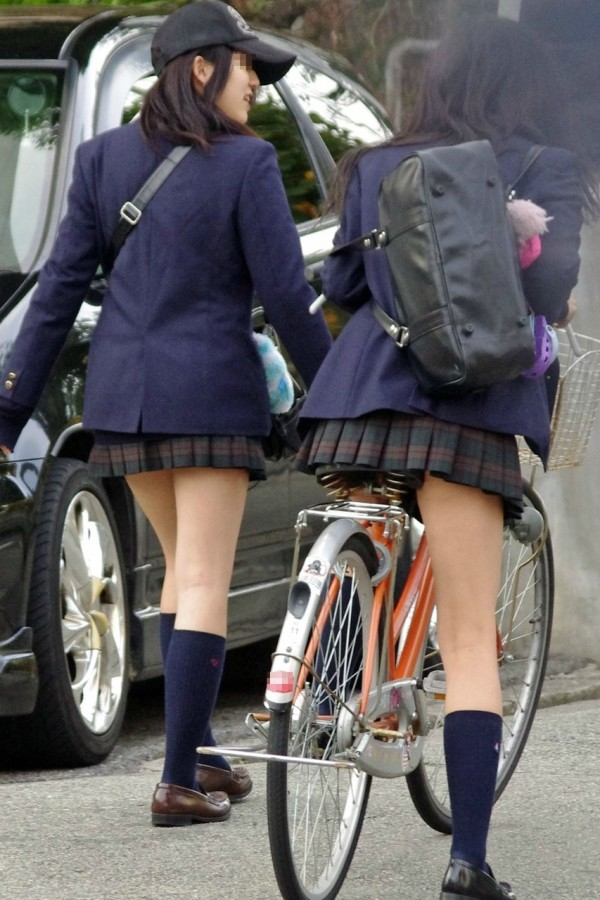 女子校生の街撮り美脚エロ画像09