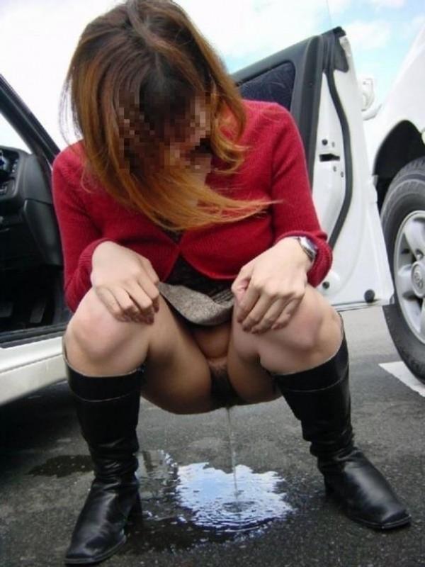 あっちこっちで放尿しているエロ画像09