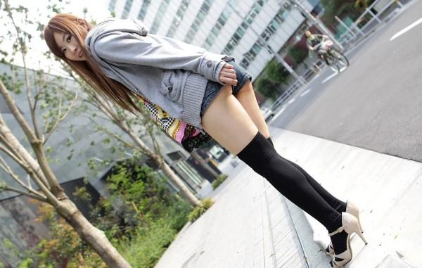 女性の脚が美しく見えるニーソエロ画像09