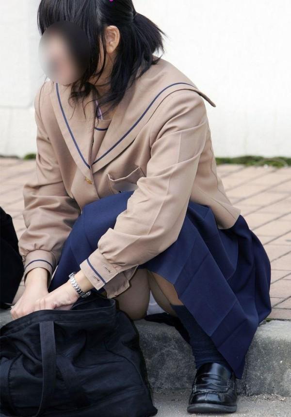 しゃがんだり座り込んだ女子校生のパンツエロ画像11