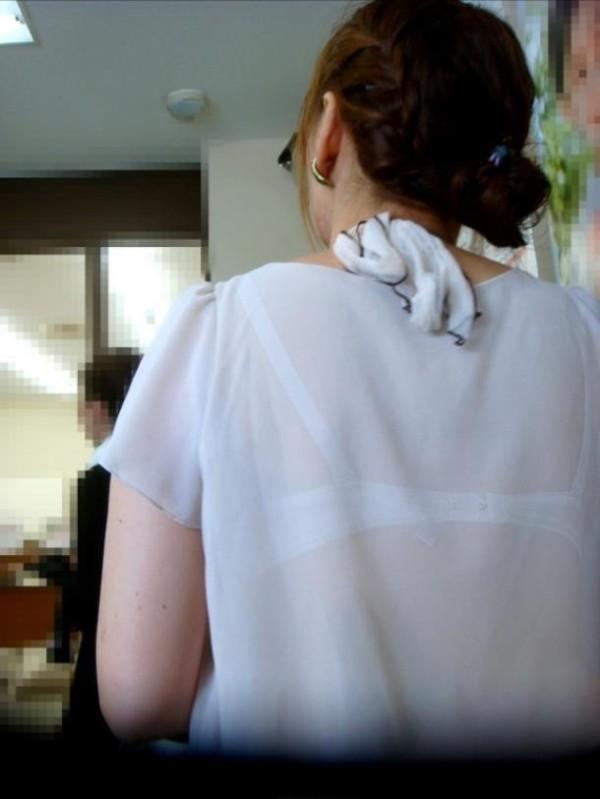背中からブラジャーが透けてる素人娘エロ画像18